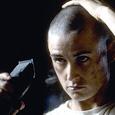 Scène mythique de G.I. Jane (A armes égales en français), film américain réalisé par Ridley Scott en 1997. Mention spéciale au dialoguiste à 5'25. Existe aussi en VF (ici).