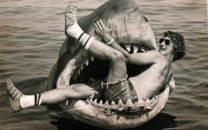 Steven Spielberg sur le tournage des Dents de la mer
