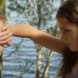 Une fillette se fait passer pour un garçon auprès de ses nouveaux amis. C'est <em>Tomboy</em>, plongée percutante au cœur de l'enfance et de ses troubles naissants. Un pur instant de grâce.