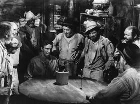 Scène de beuverie dans La Forêt interdite, de Nicholas Ray