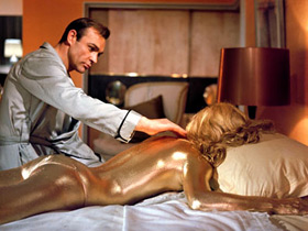 Shirley Eaton et Sean Connery dans Goldfinger de Guy Hamilton