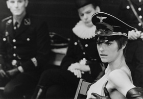 Charlotte Rampling porte une casquette nazie dans Portier de nuit