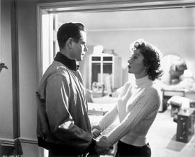 Glenn Ford et la belle Gloria Grahame dans Désirs humains, de Fritz Lang