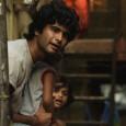 Premier film d'un jeune indien qui a décidé un jour de troquer son costume de banquier contre celui de réalisateur, Peddlers a été financé en partie grâce à un appel sur Facebook de la productrice. Sans autorisation de tourner dans la ville de Mumbai, cela coûtait trop cher. Un film fait avec des bouts de ficelle, instinctif et spontané.