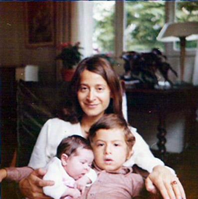 Carine et son frère dans les bras de leur mère