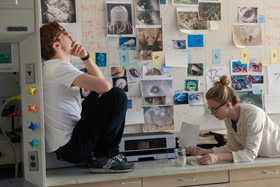 Michael Pitt et Brit Marling dans I Origins