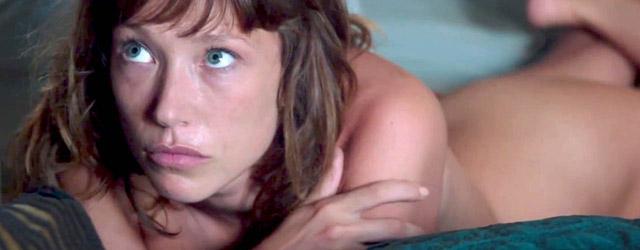 ET du chaos émergea la lumière… C'est ce qui pourrait résumer le nouveau long-métrage de Katia Lewkowicz, Tiens-toi droite, formule qui résonne dès l'enfance et ne vous lâche plus une...