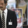 Thierry (Vincent Lindon), 51 ans, 20 mois de chômage. La Loi du marché s'ouvre sur une scène au réalisme cru dans laquelle sourd la colère. Un agent du Pôle emploi...