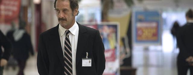 Thierry (Vincent Lindon), 51 ans, 20 mois de chmage. La Loi du march souvre sur une scne au ralisme cru dans laquelle sourd la colre. Un agent du Ple emploi...