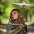 L'échappée belle - Valeria Bruni-Tedeschi avance, majestueuse, ombrelle à la main, distillant réprimandes à ceux qui croisent son chemin. Dès cette première séquence, le personnage est campé...