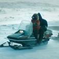 Quelque part dans l'Arctique, entre deux aurores boréales. Dans ce village cerné par des dunes de glace, des hommes et des femmes ont choisi d'y vivre, comme si de rien n'était...