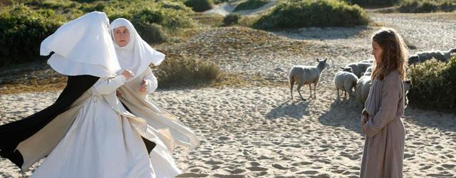 Jeanne entend sa voie 1425, Domrémy dans les Vosges (en fait sur les plages du nord de la France, photogéniques au possible). Une petite fille de 8 ans chantonne entre...