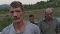 Un groupe d'ouvriers allemands part travailler sur un chantier en Bulgarie. Ils montent leur baraquement et hissent leur drapeau allemand en haut d'une colline à quelques galops d'un village perdu...